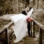 Невеста и жених на мостике в Сочи