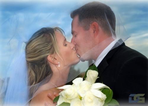 Страстный поцелуй жениха и невесты